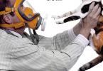 Foto di un uomo che indossa una maschera a GAS e tiene in mano il suo gatto