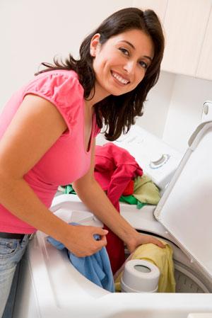 Foto di una signora che lava per eliminare gli acari lavando tutto a 60° C