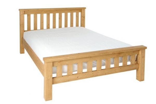 Foto di un letto senza cassettoni per evitare l'accumulo di acari